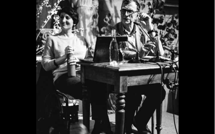 Bruno Latour and Frédérique Aït Touati sit next to each other at a table, they seem relaxed and satisfied. It seems to have been created during a rehearsal.