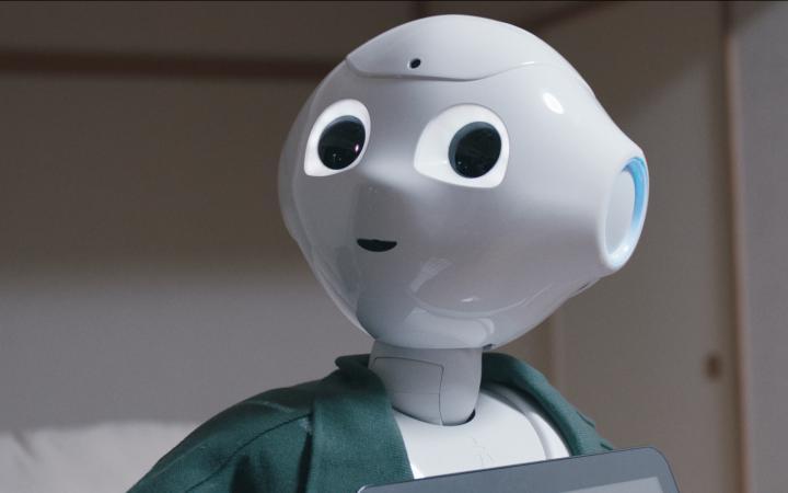 Ein kleiner weißer Roboter mit großen Augen