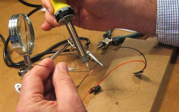 hands built a Theremin