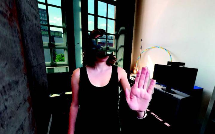 Darstellung einer Frau mit einer VR-Brille