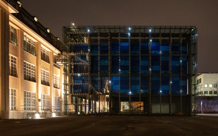 The glass cube of the ZKM sparkles in the dark with bright points of light. An installation by Walter Giers.