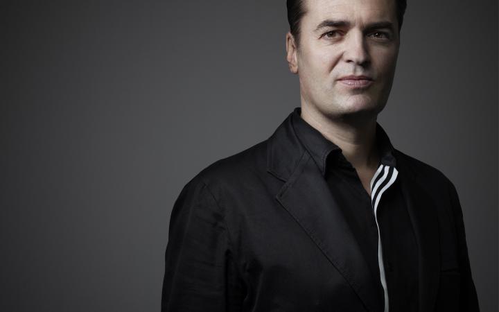 Das Bild zeigt ein Portrait des Architekten Patrik Schumacher, Zaha Hadid Architects