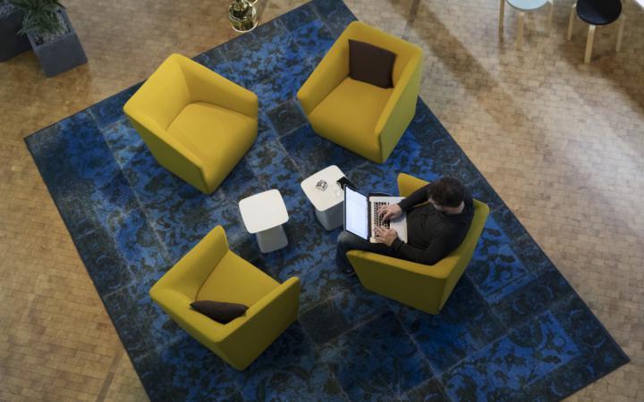 Vier Sessel in der Ausstellung »Open Codes«
