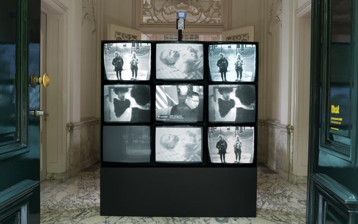 Blick auf eine Installation aus neun Videomonitoren: »Wipe Cycle« von Frank Gillette und Ira Schneider