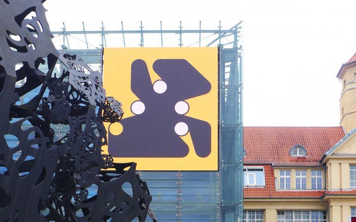 Kryptokunst auf der LED Wand des ZKM Kubus