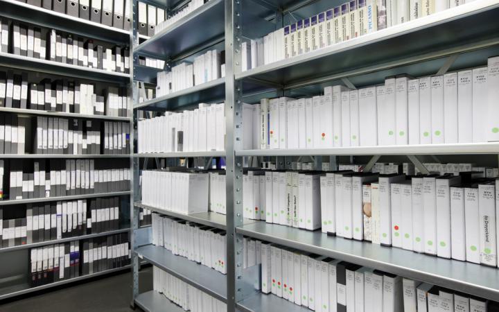 Regale, die mit Videokassettenhüllen und Ordner voll gestellt sind