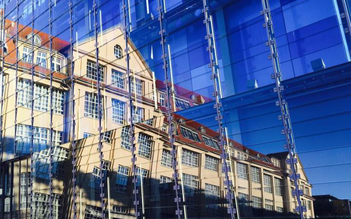 Die Fassade des ZKM gespiegelt in den blauen Glasscheiben des ZKM_Kubus.