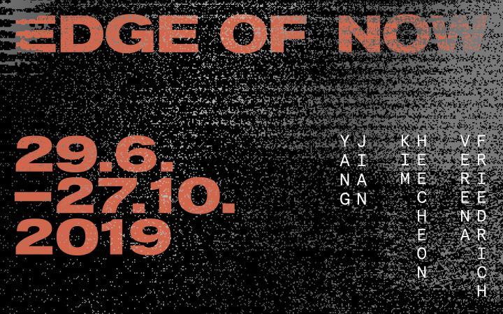 Rote Schrift auf einem schwarzen Hintergrund »Edge of Now«