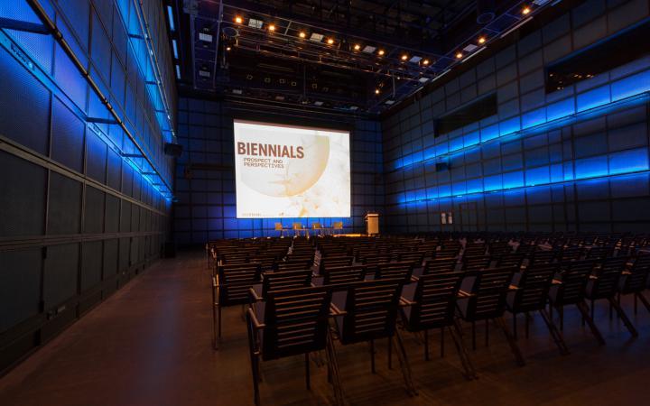 Leere Reihenbestuhlung im ZKM_Medientheater mit Blick auf Bühne