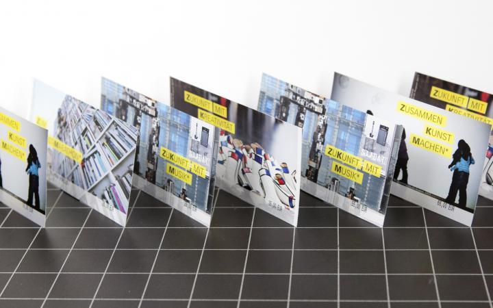 Aufgereihte Jahreskarten des ZKM mit verschiedenen Motiven