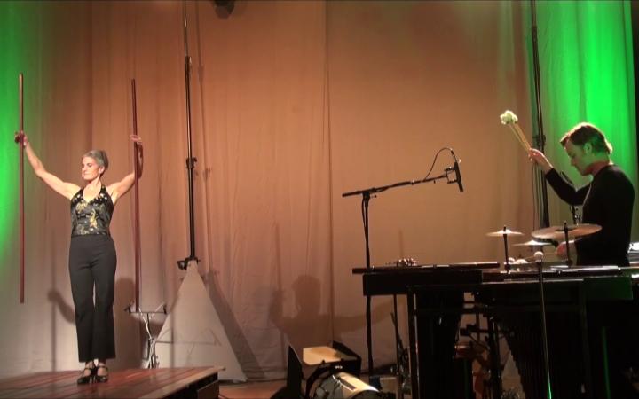 Eine Frau und ein Mann auf der Bühne