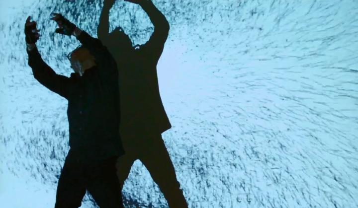 Schatten eines Menschen auf einer Leinwand