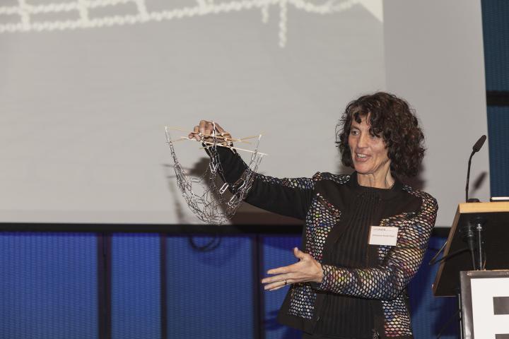 Das Foto zeigt Christine-Kanstinger bei einem Vortrag auf dem Frei-Otto-Symposium