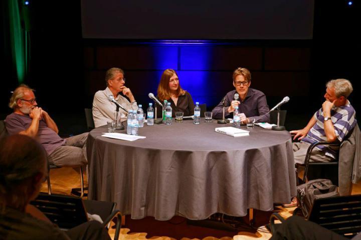 Fünf Personen auf dem Podium der Veranstaltung »Flusser-Talks«