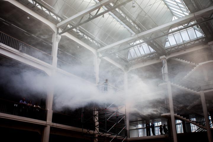 Eine Person steht in einer Wolke