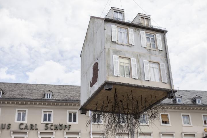 Ein Haus an einem Kran