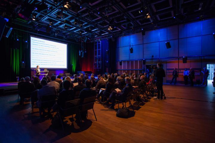 Blick vom Publikum aus auf die Bühne des ZKM_Kubus