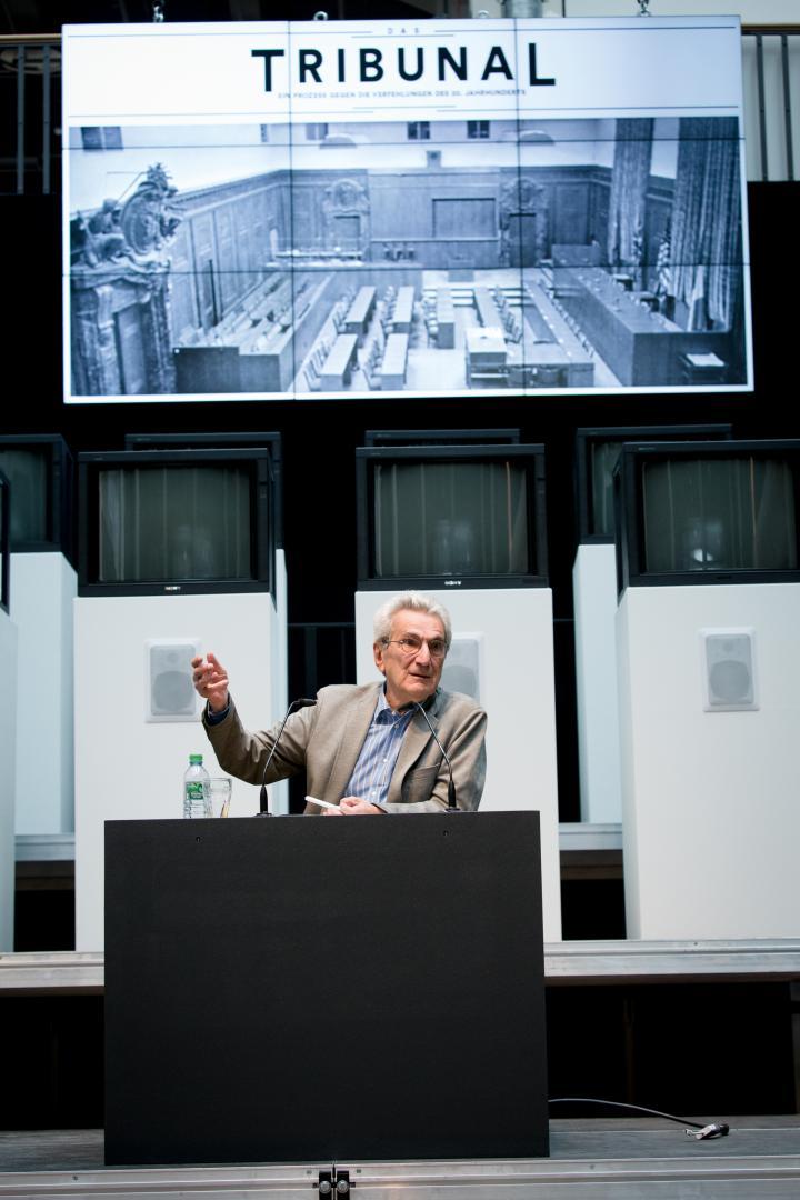 Ein Mann sitzt vor mehreren Bildschirmen