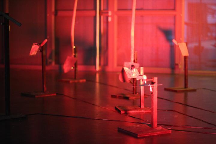 Kleine Metallständer in rotem Licht getaucht