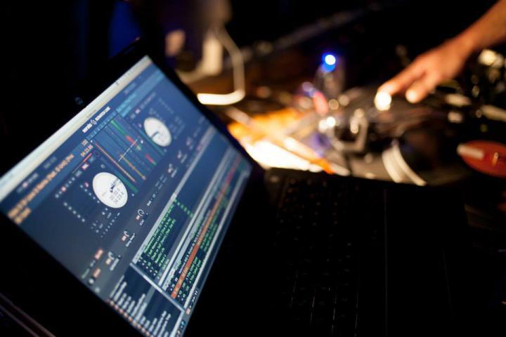 Ein Laptop. Darauf zu sehen ein Programm für DJs