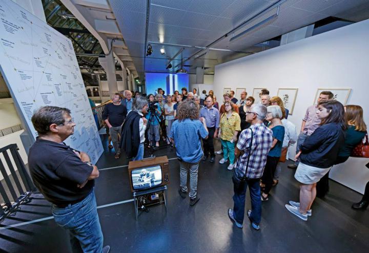Menschen im Ausstellungsraum