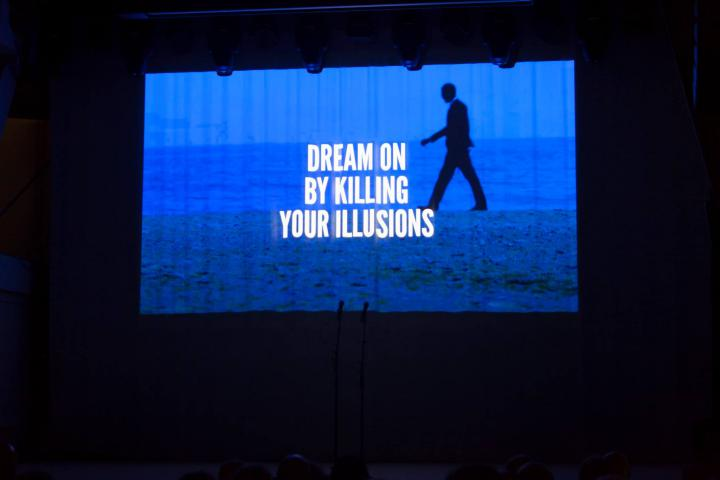 Weißer Text auf blauem Grund: Dream on by killing your illusions