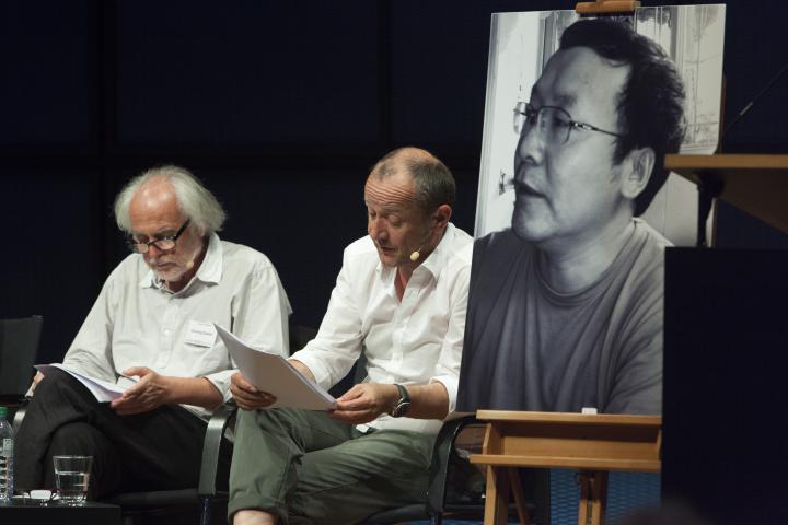Zwei Männer auf der Bühne