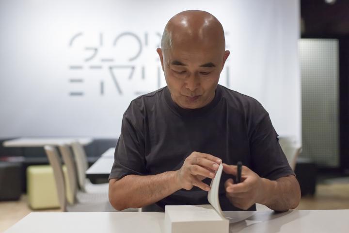 Ein Mann signiert ein Buch