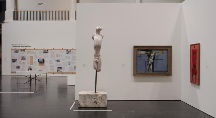 Blick in die Ausstellung »Kunst in Europa 1945-1968« mit zwei Gemälden und einer Skulptur.