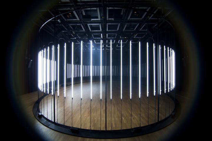 Ein Kreis aus leuchtenden Neonröhren