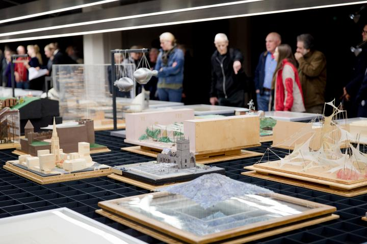Visitors at the opening of the exhibition »Frei Otto. Thinking by modelling«