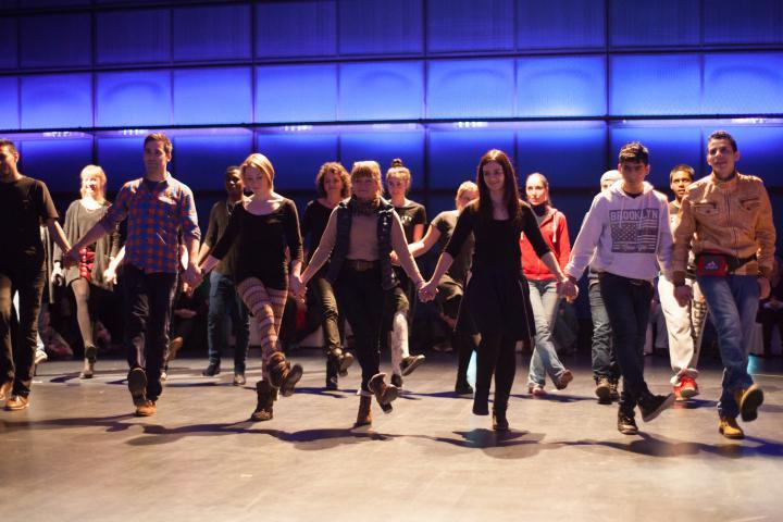 Eine Menschenkette tanzt