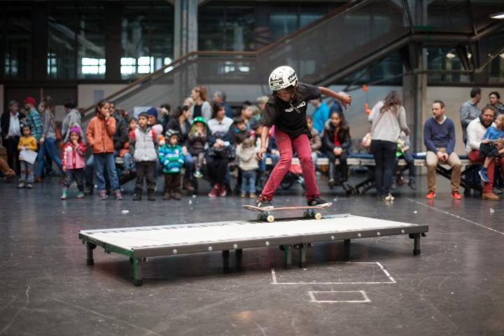 Ein Mädchen auf dem skateboard