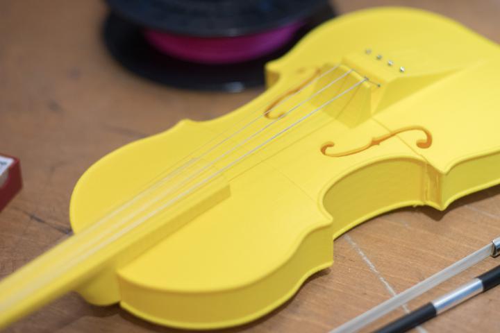 Eine gelbe Geige aus dem 3-D-Drucker