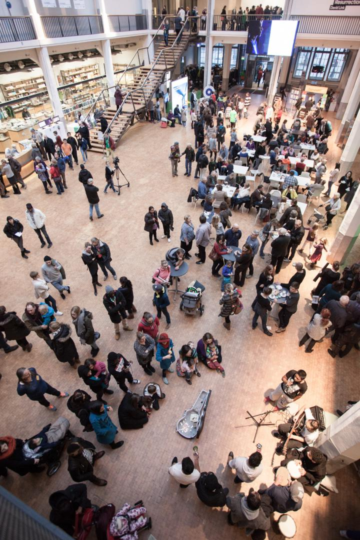 Das Foyer voller Menschen
