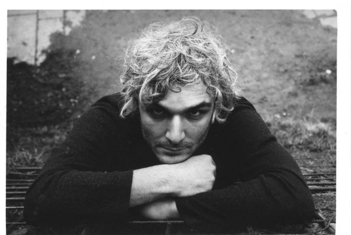Das Foto zeigt ein Portrait des Musikers Antonis Anissegos