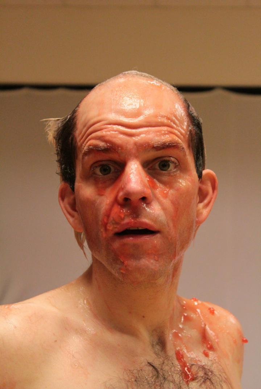 Das Foto zeigt ein Portrait von Daniel Schröteler. Er trägt kein Hemd und hat roten Glibber in Gesicht und auf der Brust.