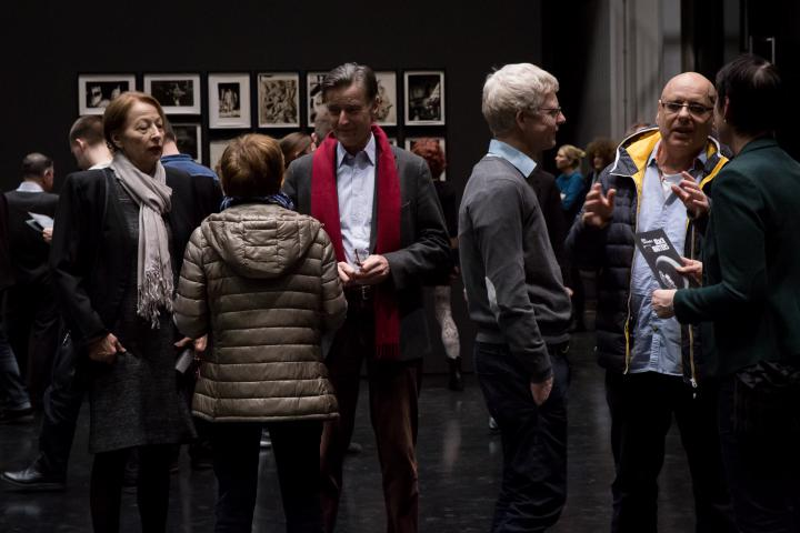 Das Foto zeigt die Besuchermenge bei der Ausstellungseröffnung