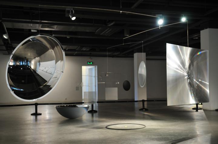 Ansicht der Installation Transoptics IV von Dieter Jung in der OCT Art & Design Gallery
