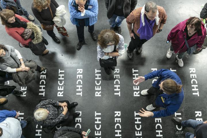 Viele Menschen von oben fotografiert bei einer Führung durch die Ausstellung »respektive Peter Weibel« am ZKM.