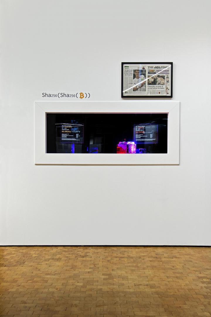 Die Abbildung zeigt ein rechteckiges Fenster in der sich das »KryptoLab« befindet. Darüber befindet sich auf der rechten Seite die frontpage der Zeitung »The Times«