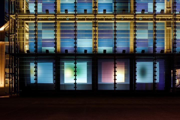 Zu sehen ist der ZKM Subkubus mit vier Projektionsflächen, auf denen Farben oszillieren.