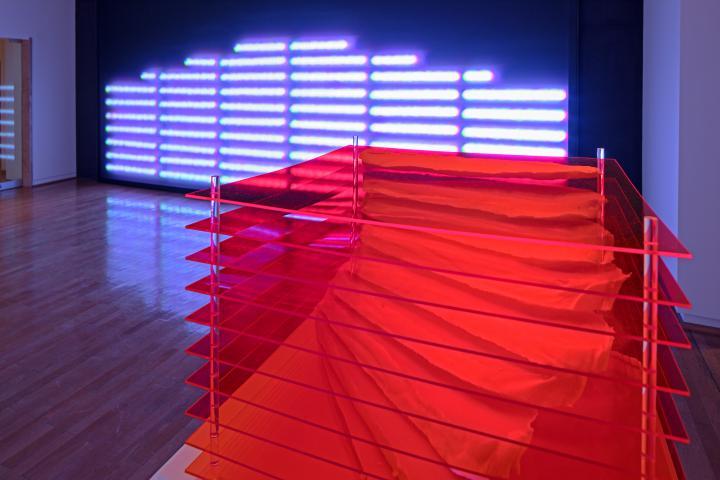 Zu sehen ist eine Installationsansicht von Peter Weibel. Mehrere quadratische Platten sind übereinander installiert.