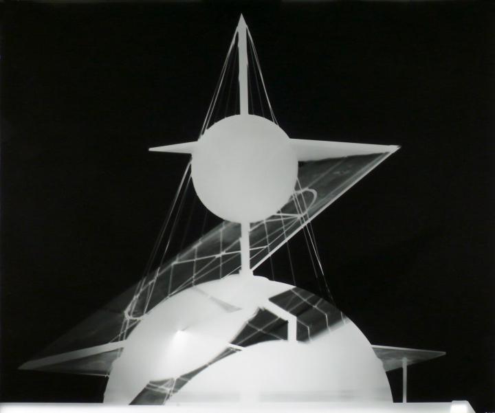 Elliptischer Schnitt eines Drehkegels in schwarz weiß.