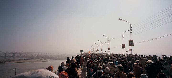 Menschenmassen auf einer Brücke