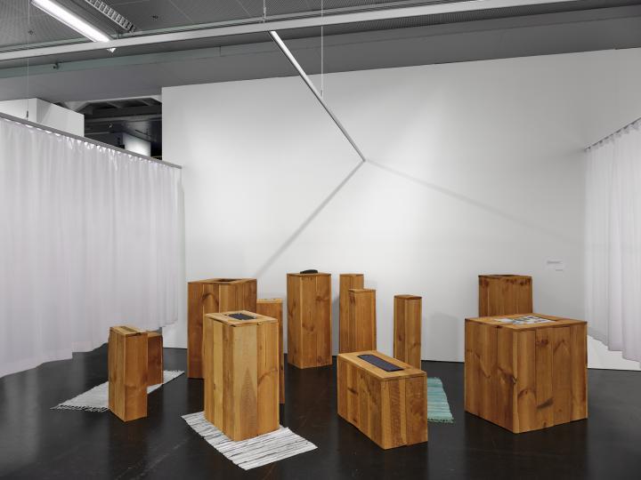 Das Foto zeigt einen Ausschnitt der Ausstellung »respektive Peter Weibel«, welche das Lebenswerk des Künstlers und treibende Kraft des Wiener Aktionismus, Peter Weibel, zeigt.
