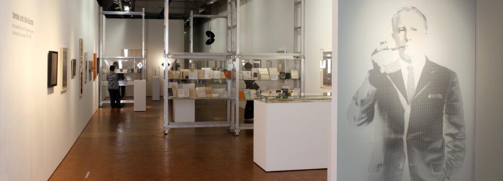 Blick in die Ausstellung »Bense und die Künste». Auf der rechten Seite ein Porträt von Max Bense.