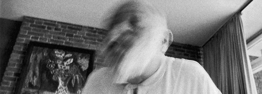 Schwarzweiße Fotografie: Vilém Flusser gestikulierend