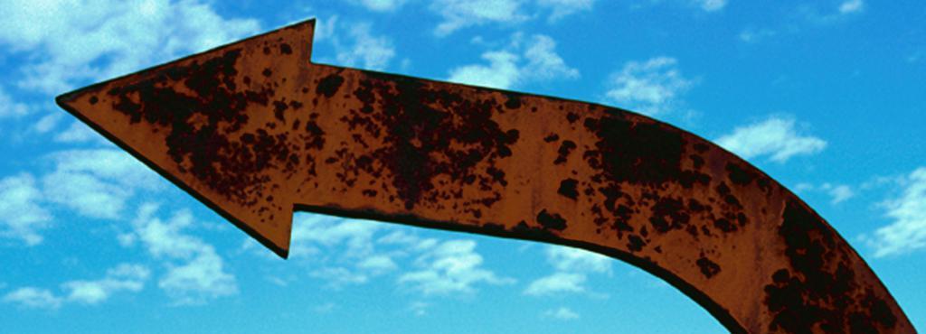 Breiter Kupferpfeil vor blauem Himmel
