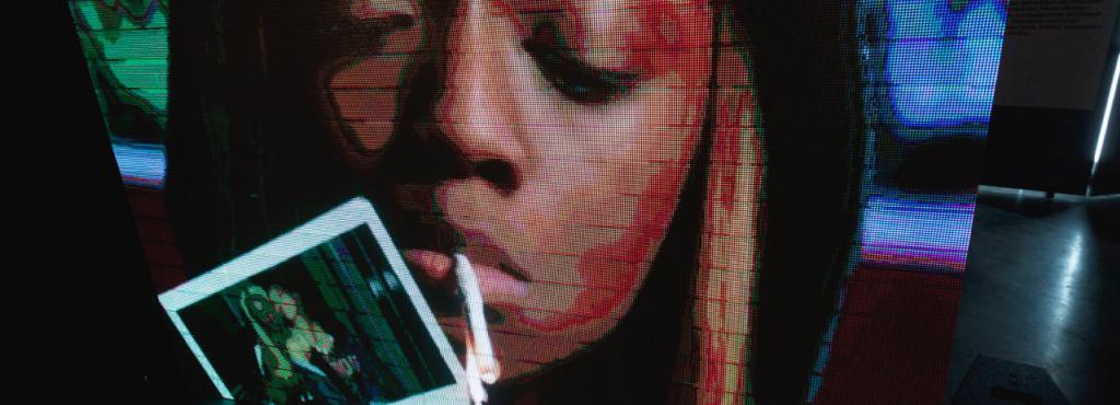 Eine Frau, die sich eine Zigarette anzündet
